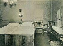 Mit Liebe zum Detail eingerichtet. Doppelzimmer im Hotel am Marktplatz ca. 1949.