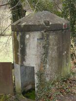 Dywidag-Zelle mit offener Tür im Sieben-Mühlen-Tal. Das rote Kreuz ist eine Wanderweg-Markierung.
