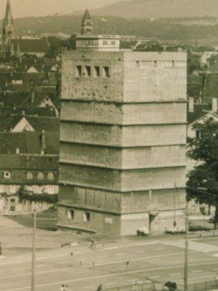 Der Hochbunker nach dem Krieg. Links im Bild ist die Fläche zu sehen, die das Bunkerhotel als Parkmöglichkeiten nutzte.