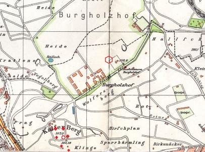 Karte der Batterie. Das 6-Eck in der Bildmitte zeigt die Stellung der mittleren Flak unweit des Aussichtsturms. Rote Rauten zeigen die Standorte der 8,8 cm-Kanonen. Der rote Kreis steht für das Funkmeßgerät der Batterie.