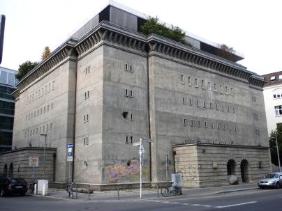 Ehemaliger Reichsbahnbunker in Berlin. Der Millionär Christian Boros ließ ihn für seine KUnstsammlung umbauen und wohnt im Penthouse auf dem Dach.