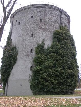 Anders als der Hochbunker in der Riesenfeldstraße wurde hier die Fassade nur verputzt und nicht verklinkert.