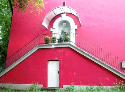 Die angebaute Außentreppe ins 1. OG ist ein typisches Merkmal Münchener Hochbunker.