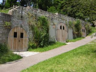 Zugänge zum Keller des ehemaligen Kastengbäudes, das 1944 zerstört wurde. Die beiden linken Tore gehören zum Bosch-Stollen.