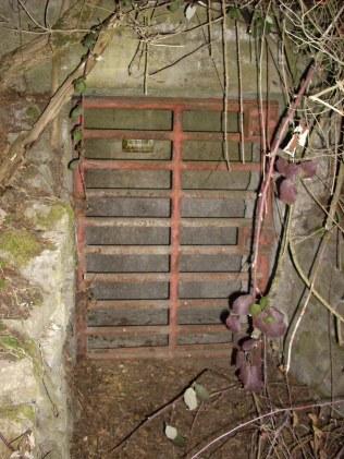 Gittertür des Stollens am Klärwerk im Jahr 2008.