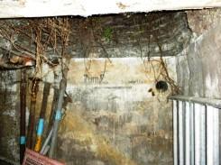 Die Beschriftung an der Wand ist noch in Teilen vorhanden.