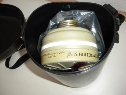 Gasmaskenfilter. Die Firma Auer war bereits in den 1930er und 40er Jahren einer der führenden Hersteller von Gasmasken und Filtern.