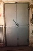 Schleusentür mit zentralem Riegel.