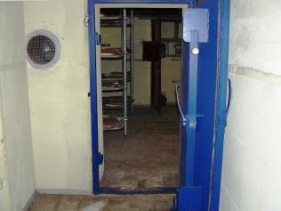 Innere Bunkertür mit Blick ins Innere des Bauwerks.
