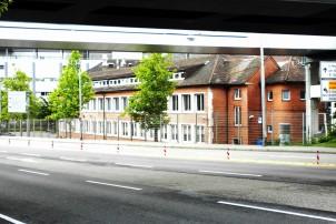 Das Gebäude der Porsche-Werke direkt am Bahndamm ist eines der wenigen Bauwerke, das noch aus der Zeit der Industrie-Ansiedlungen an der Schwieberdinger Straße erhalten ist.